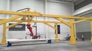 Der Prototyp des Roboters «Kraken», hier im spanischen Saragossa, arbeitet am Rotorblatt einer Windturbine. (Bild: PD)