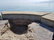 Am Aussichtsplatz am Arboner Seeufer ist mit einem Bagger ein Loch gemacht worden, um festzustellen, inwieweit sich der Grund wieder gelöst hat. (Bild: Valentina Thurnherr)