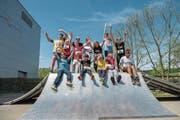 Die Schüler und Schülerinnen der Heilpädagogischen Schule Willisau freuen sich zusammen mit Markus Wandeler (hintere Reihe, Dritter von rechts) auf den Auftritt am Luzerner Stadtlauf. (Bild: Dominik Wunderli (Willisau, 24. April 2018))
