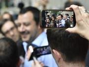 Lega-Chef Matteo Salvini wird am Montag um 18 Uhr bei Präsident Mattarella erwartet. Dann entscheidet sich, ob eine Regierung mit Mitglieder der Fünf-Sterne-Bewegung und der Lega zustande kommt. (Bild: KEYSTONE/EPA ANSA/FLAVIO LO SCALZO)