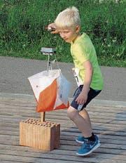 Ein junger OL-Teilnehmer stempelt an einem Posten ab. (Bild: PD)