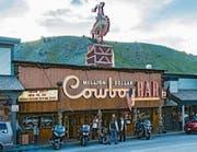 Nach einem «heissen Ritt» ins Navajo-Reservat geht's am Monument Valley (oben) vorbei nach Durango (links). Eisenbahnliebhaber zieht's zur «Narrow Gauge Railroad». Die alte Lok schnauft und pfeift noch immer auf dem Einspurgleis und schleudert Russ in die Luft. Bei der Endstation Jackson Hole gibt's in der «Million Dollar Cowboy Bar» die dicksten Steaks. (Bilder: Getty, Alamy)