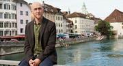 Michael Hugentobler auf der Aarebrücke – im Hintergrund Solothurn mit dem Literaturtage-Zentrum.