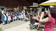 Am Tag der offenen Tür des Kornhauses gibt das Kinderjodelchörli Tannzapfenland Lieder zum Besten. (Bild: Kurt Lichtensteiger)