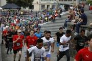 Läufer der Kategorie «Teams» rennen durch Stans. (Bild: PD)