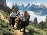 Ruedi Bühler (rechts) und Sandro Thöni trugen die Senntumschellen anlässlich des Schellentreffens auf den Hohen Kasten. (Bild: PD)