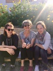Alexsandra Hitz, Elisabeth Tobler und Barbara Aulopi (von links) im Garten des Gemeinschaftszentrums auf Lesbos. (Bild: PD)