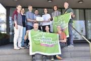 Die Grünen Sursee übergeben der Vize-Stadtpräsidentin, Jolanda Achermann-Sen, 504 gültige Unterschriften für ihre Bodeninitiative. (Bild: PD)