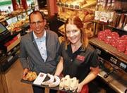Richard Kuhn, Geschäftsleiter Kuhn Back & Gastro AG, mit der Wiler Filialleiterin Nicole Buff bei der Gipfel-Präsentation. (Bild: Roland P. Poschung)