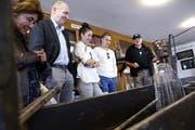Peter Marty vom Fischereiverein Zug zeigt Besuchern Besonderheiten im Fischereimuseum. Bild: Werner Schelbert (Zug, 12. Mai 2018)