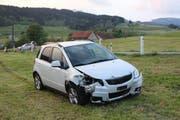 Der Unfallwagen in der Wiese. (Bild: Kapo AI)