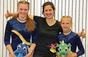 Die erfolgreichen K4-Turnerinnen Selina Roner (links) und Felicia Senn mit ihrer Trainerin Barbara Wipfli. (Bild: PD)