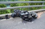 Das Motorrad des auf der Engelbergerstrasse verunfallten Töfffahrers. (Bild: Kapo O)bwalden (Engelberg, 12. Mai 2018))