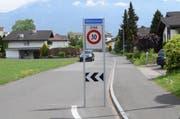 Steht seit Dezember 2016 und soll nun offiziell abgesegnet und versetzt werden: Die Signalisation der Tempo-30-Zone bei der Zufahrt zur Wettistrasse auf Grabser Gemeindegebiet. (Bild: Thomas Schwizer)