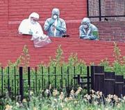 Forensiker untersuchen einen Tatort im Londoner Stadtteil Finsbury Park nach einer Messerstecherei. (Bild: Pepe Maclaine/EPA (21. April 2018))