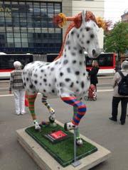 """Der """"Kleine Onkel"""", das Pferd von Pippi Langstrumpf, steht als Hinweis auf den CSIO bis 28. Mai neben der Calatrava-Wartehalle auf dem Bohl. (Bild: Reto Voneschen - 2. Mai 2018)"""