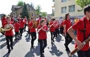 Die Jugendmusik Starter Winds der Gemeinde Kirchberg unter der Leitung von Roman Ledergerber eröffnete die Parademusik mit Evolutionen. (Bild: Peter Jenni)