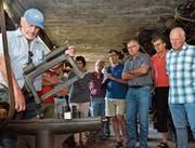 Urs Graber vom Historischen Verein informiert über die Maschinen im Wiesental. (Bilder: Christoph Heer)