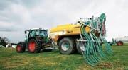 Mit Schleppschläuchen bei der Gülleausbringung wollte der Thurgau bereits 2008 die Ammoniakemission reduzieren. (Bild: Donato Caspari)