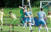 Kampf um jeden Ball: Zug 94 gegen SR Delémont. (Bild: Stefan Kaiser (Zug, 28. April 2018))