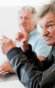Mani Ritz (hinten), Abteilungsleiter im Schloss Herdern, spricht mit Rolf Brunhold über Alkohol. (Bild: Donato Caspari)