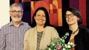 Pfarrerin Sandra Leuenberger-Wenger zwischen den neuen Synodenmitgliedern Hans-Ueli Ehrensperger und Christina aus der Au. (Bild: rha)
