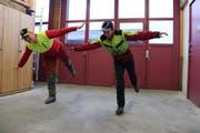 Florian Giger (rechts) und sein Ausbildner Christoph Spring üben sich im Einbeinstand als Flieger. (Bild: Brigitt Hunziker Kempf)