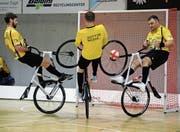 Das Fanionteam von Radsport Altdorf mit Paul Looser (links) und Roman Schneider trifft morgen Samstag beim Weltcupturnier in der heimischen Giessenhalle auf harte Konkurrenz. (Bild: Urs Hanhart (Altdorf, 3. März 2018))