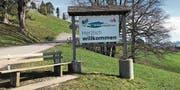 Seit kurzem ist an der Ortseingangstafel von Schwellbrunn ein Kleber mit der Aufschrift «schönstes Dorf der Schweiz» angebracht. (Bild: PD)