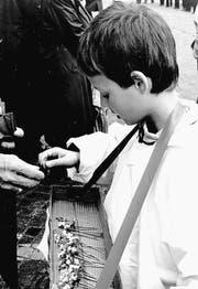 Ein Kind beim Verkauf von Landsgemeinde-Blümchen. (Bild: Archiv OZ)