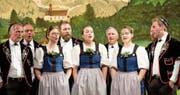 Der Jodlerklub Flüeli-Ranft bot ein abwechslungsreiches Konzert. Im Bild die drei Vorjodlerinnen Eliane Kayser (neue Dirigentin), Janine Omlin-Kayser (Präsidentin) und Anna Rohrer (von links nach rechts). (Bild: Richard Greuter (Flüeli-Ranft, 28. April 2018))