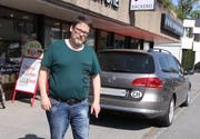 Hier sollen die Pfosten hinkommen - Hanspeter Dörig will dies mit seinem Fahrzeug verhindern. (Bild: mia)