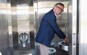 Stadtrat Daniel Stutz weiht das Lavabo der Behinderten-Toilette am Bahnhof Wil ein. (Bild: Christof Lampart)