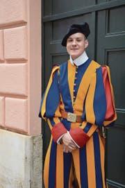 Matthias Gisler in der Galauniform der Schweizergarde. (Bild: Raphael Zemp (Rom, 4. Mai 2018))