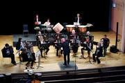 Der Dirigent Marc Draeger gibt den Musikern den Takt vor. Bild: Stefan Kaiser (Zug, 12. Mai 2018)