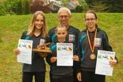 Annatina Lippuner, Ursina Lippuner, Yara Vetsch (von links) und Trainer Jürg Lippuner. (Bild: PD)