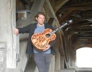 Ueli Stampfli oder Troubadueli, wie er mit Künstlernamen heisst, hat für das diesjährige Liedermacher-Festival Troubadix die Sinser Zollbrücke gewählt. (Bild PD)