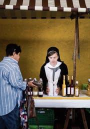 Eine Schwester aus dem Kloster Jakobsbad verkauft Liköre am Gossauer Klostermarkt. (Bild: Michel Canonica)