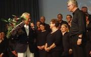 Pepe Lienhard überbringt Claudia Hugentobler nach ihrem letzten Konzert mit dem Chor Tägerwilen einen Blumenstrauss. (Bild: Erwin Schönenberger)