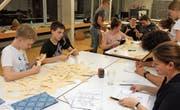 Bis in die frühen Morgenstunden wurden in der Oberstufe Bronschhofen Hunderte von Papierkühen gebastelt. (Bild: Christof Lampart)