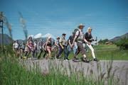 Pilger zwischen Lauerz und Goldau auf dem Weg nach Einsiedeln. (Bild: Dominik Wunderli (12. Mai 2018))