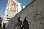 Die Euphorie von 2015 ist verflogen, doch bei vielen Iranerinnen und Iranern bleibt die Hoffnung auf ein Ende der Bevormundung durch die Klerikerkaste. (Bild: Vahid Salemi/AP (Teheran, 7. Mai 2018))