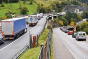 Wenn sich am Gotthard die Fahrzeuge auf der Autobahn stauen, weichen viele auf die Kantonsstrassen aus, die dann ebenfalls verstopft sind - wie hier im Bild im Oktober 2008. Das soll sich mit einer Ausfahrtsdosierung ändern. (Bild: Boris Bürgisser/LZ)