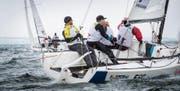 Am Freitag auf dem Bodensee: Skipper Tom Rüegge hat das Ruder in der Hand und das Team im Griff. (Bild: Andrea Stalder)