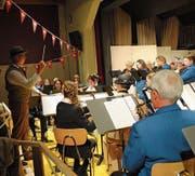 Die Feldmusik spielt ihr Jahreskonzert unter der Leitung von Remo Freiburghaus. (Bild: Rosmarie Berlinger (Lungern, 4. Mai 2018))