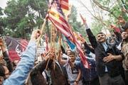 Demonstranten verbrennen die US-Flagge vor dem Gelände der ehemaligen amerikanischen Botschaft in Teheran. (Bild: Majid Saeedi/Getty (9. Mai 2018))