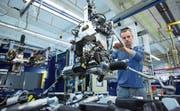 Ein Arbeiter montiert eine elektronische Autosteuerung. (Bild: Krisztian Boesil/Bloomberg (Mühlheim an der Ruhr, 22. Oktober 2014))