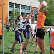 Voller Einsatz beim Korbball: Die jungen Sportler kämpfen am Kanto- nalen Jugendspieltag um jeden Punkt. (Bild: PD)