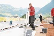 Solarzellen werden montiert. (Bild: Matthias Piazza)