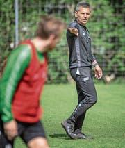 Der 55-jährige Boro Kuzmanovic leitet das erste Training. (Bild: Michel Canonica)